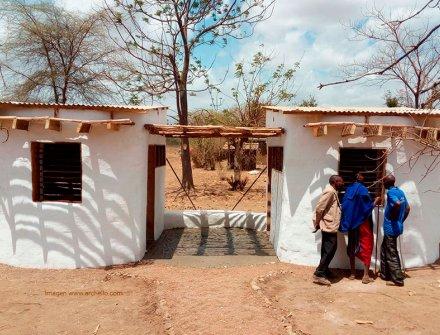 Comunidad construida con sacos de tierra y botellas de vidrio