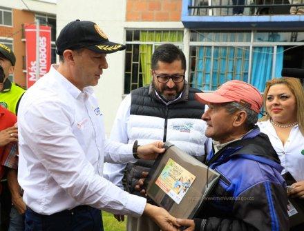 Gobierno entrega viviendas para familias que habitaban zonas de alto riesgo en Manizales