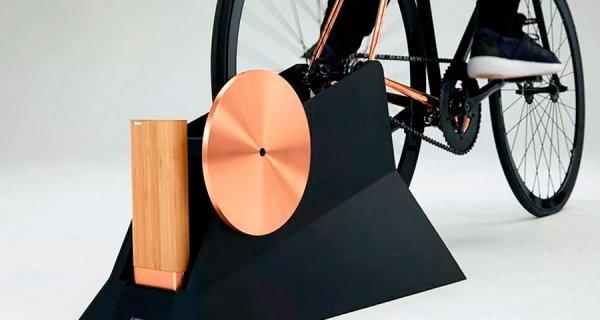 Batería de bambú y cobre que puede ser cargada con una bicicleta