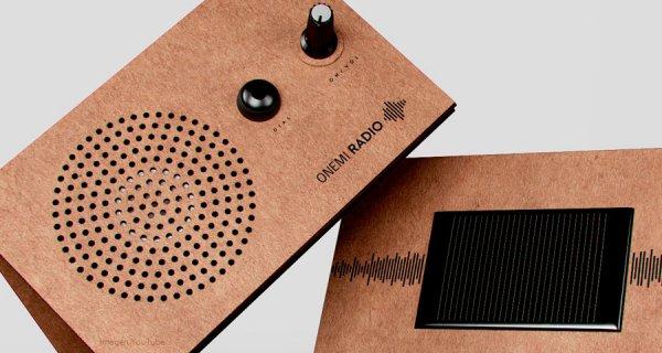 La radio solar hecha de cartón para emergencias