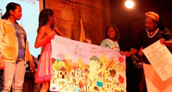 Mujeres tejiendo sueños y sabores de paz
